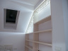 Drewniana biblioteka z ozdobnym i podświetlonym ażurem