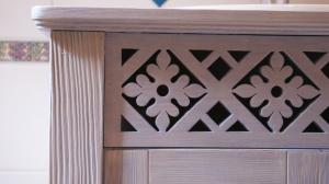 Drewniana szafka łazienkowa - ozdobny ażurowy detal