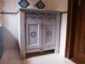 Drewniana szafka łazienkowa z ażurami