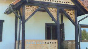 Ganek ozdobiony azurowym wypełnieniem konstrukcji