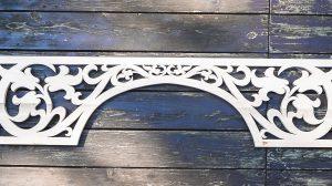 Łuk wejściowy na ganek z bocznymi ozdobami