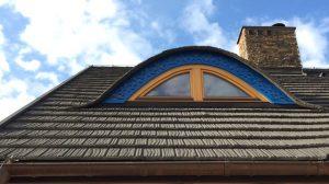 Łukowe obramowanie azurowe okna