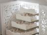 Pomysłowa ażurowa zabudowa wnęki pod schodami - winnica-schowek
