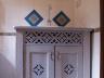 Rustykalna łazienka - ozdobna szafka i lustro