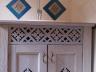 Rustykalna stylizowana szafka umywalkowa z ozdobnym ażurem
