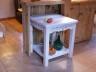 Stół kuchenny w stylu prowansalskim z ażurowym ornamentem