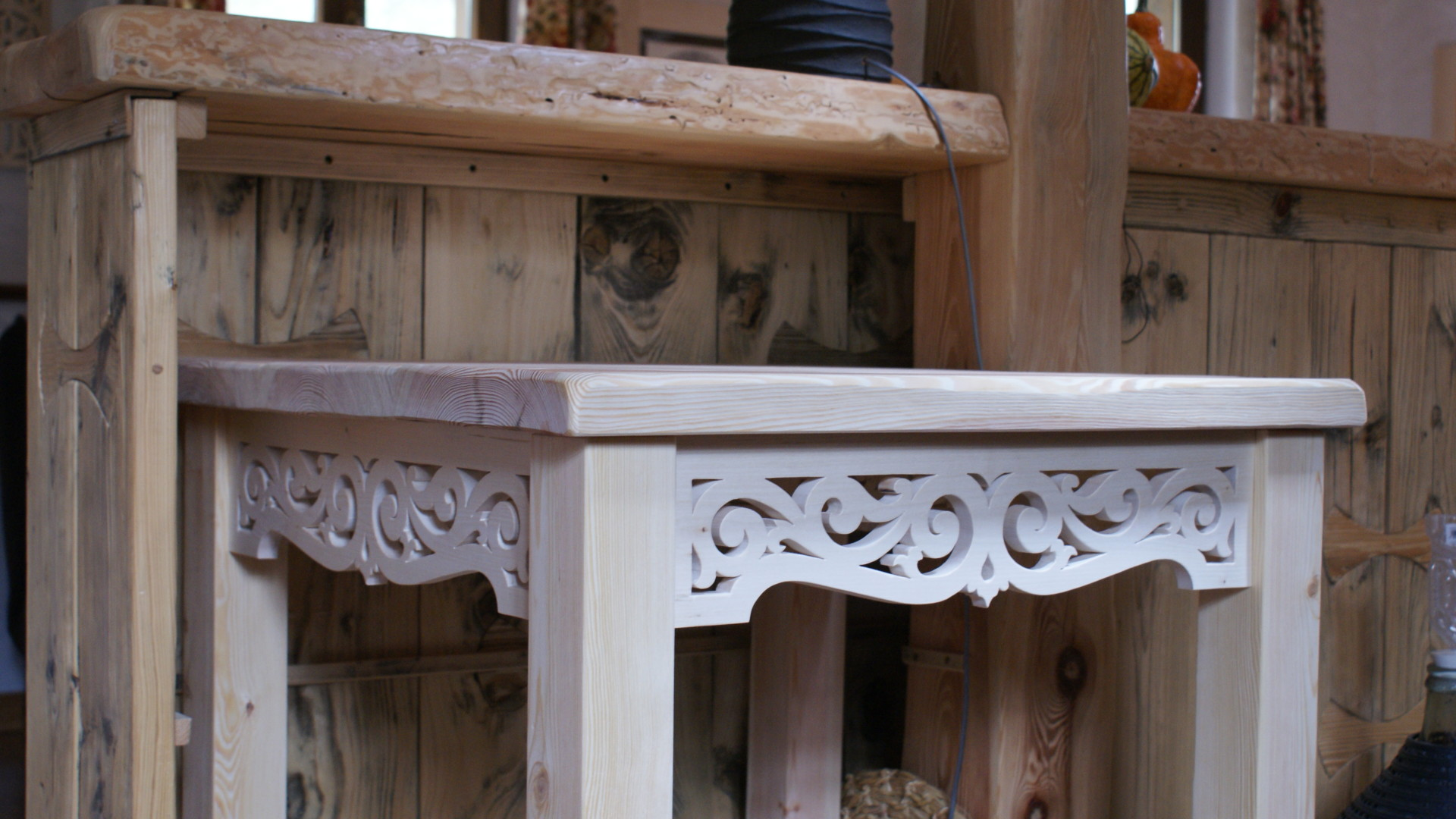 Stół z ornamentem ażurowym w lipie