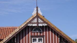 Sztutowo - odnowione zdobienia ażurowe dachu