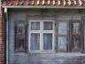 Sztutowo - urocze okienko ze zdobnym nadokiennikiem