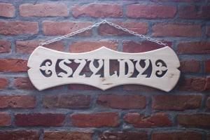 drewniany szyld adresowy - numer domu