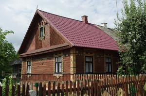 Wieś Chomontowce na Podlasiu - zdobne naroża i oprawy okien