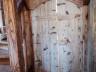 zabudowa schodów - stylizowane drzwiczki do piwniczki