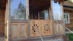 Zdobiony ganek domu żuławskiego azurowy ornament schonbaum chmielove